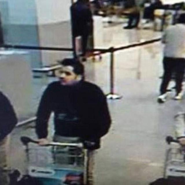 Ibrahim (krajnje lijevo) i Khalid El-Bakraoui (u sredini), snimljeni na briselskom aerodromu