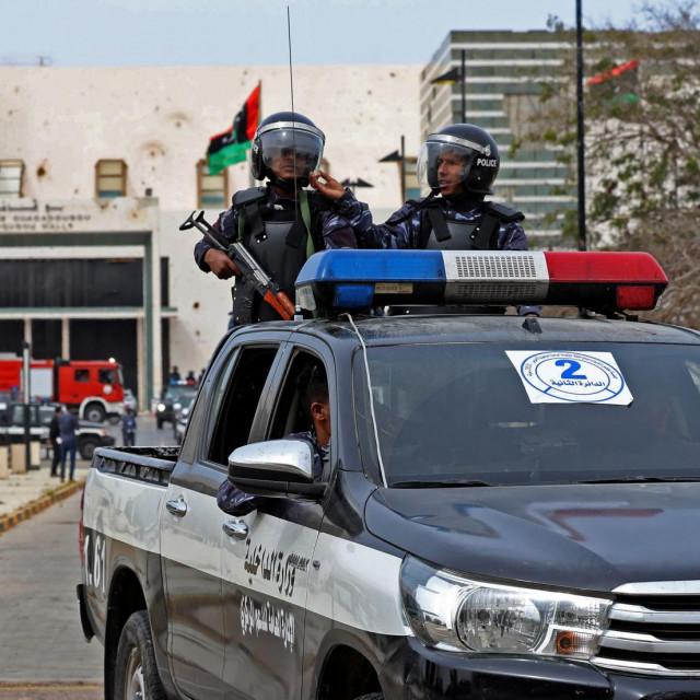 Libijske snage sigurnosti patroliraju oko konferencijskog centra Ouagadougou u gradu Sirteu za vrijeme sjednice parlamenta