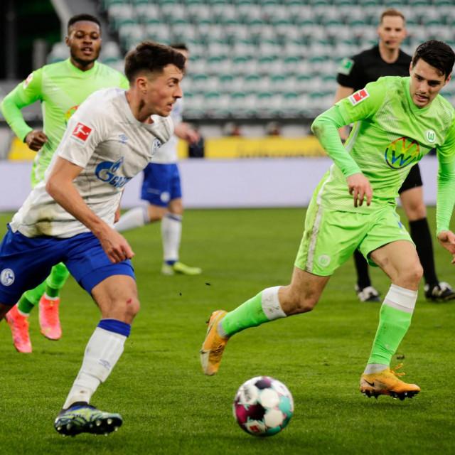 Josip Brekalo (desno) protiv Schalkea