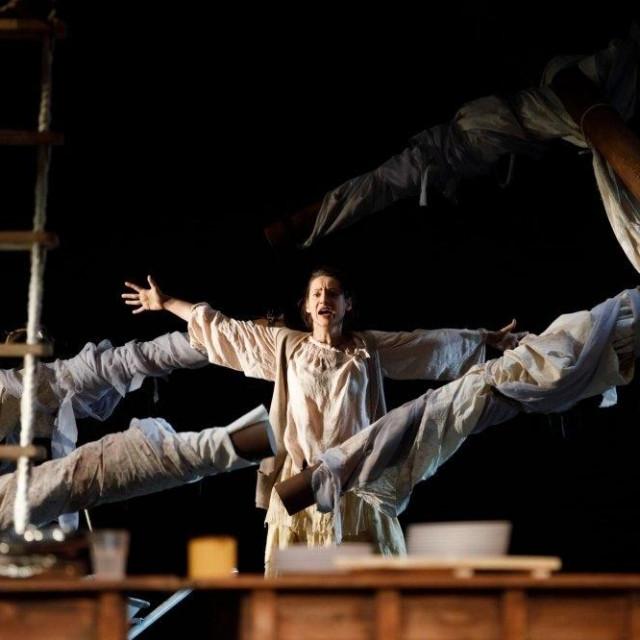 Scena iz predstave 'Usidrene'
