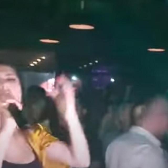 Srpska pjevačica Tanja Savić je uprkos pandemiji koronavirusa nedavno održala nastup u jednom klubu u Mostaru