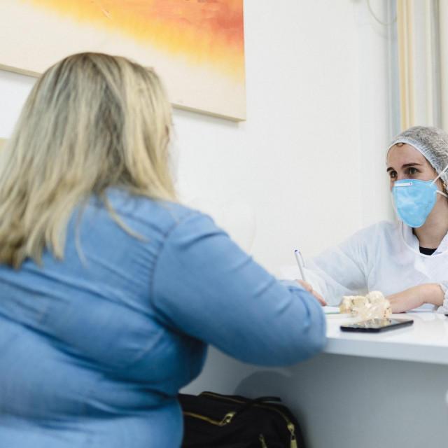 Pretila osoba kod liječnika (ilustracija)