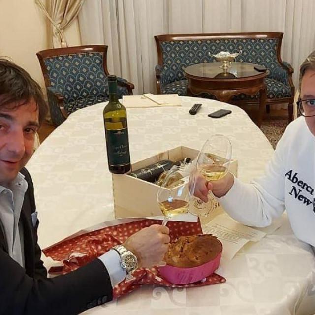 Vučić pije malvaziju