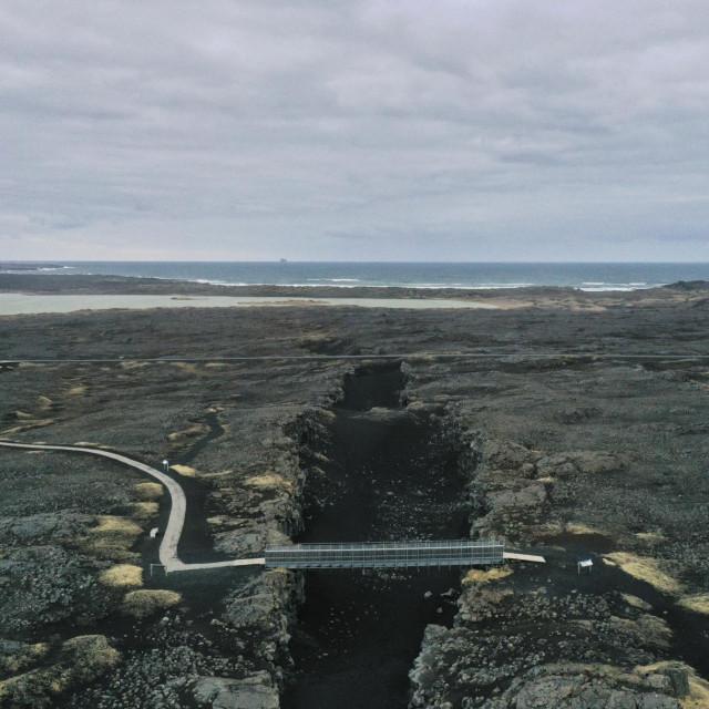 Most na poluotoku Reykjanes povezuje dvije tektonske ploče,Sjevernoameričku iEuroazijsku