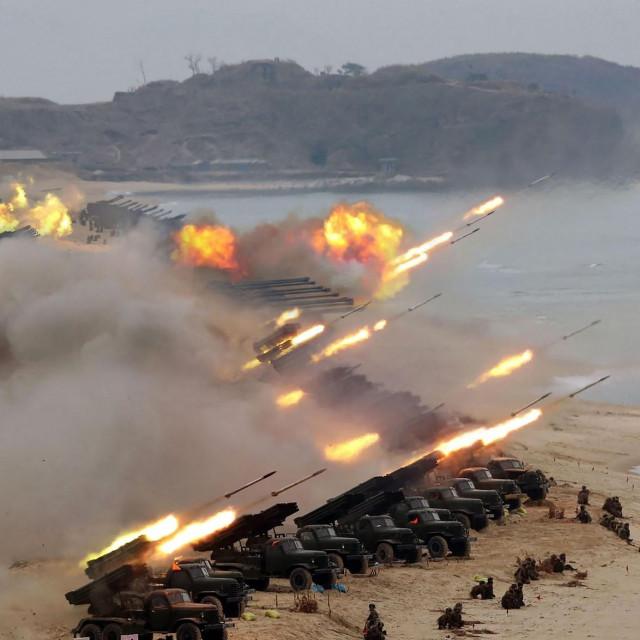 Ilustracija, artiljerijska i raketna paljba sjevernokorejske vojske