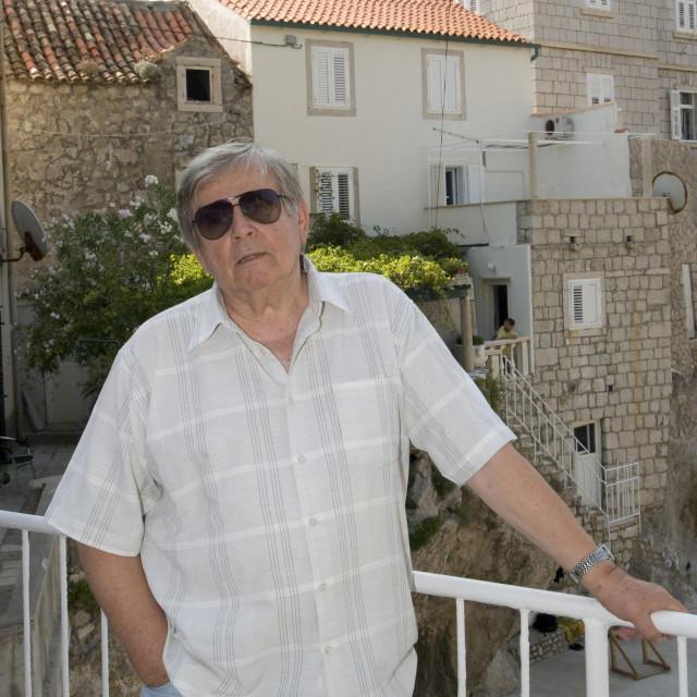 redatelj Josko Juvancic snimljen pred njegovom kućom na Pilama<br />