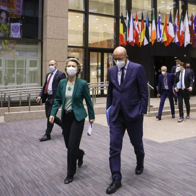 Charles Michel (D) i Ursula von der Leyen (L) nakon održanog prvog dana Summita EU