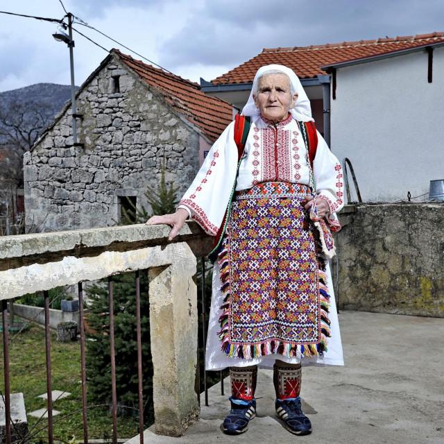 Ana režić u selu kraj Vrlike
