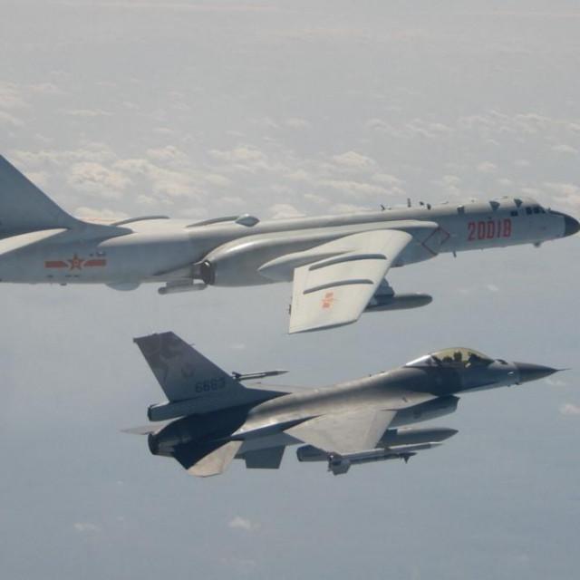 Kineski bombarder H-6K leti pored tajvanskog borbenog zrakoplova J-16, iz izvještaja tajvanskog ministarstva obrane 10. veljače 2020.