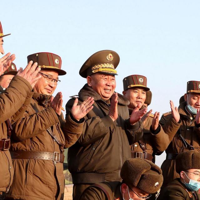 Ri Pyong Chol (treći s desna)