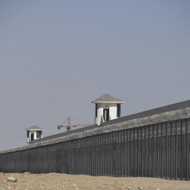 Zidine objekta na području Xinjianga za koji se vjeruje da je jedan od kampova za 'preodgoj' Ujgura
