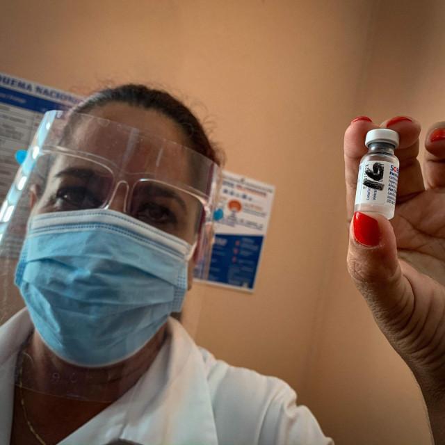 Medicinska sestra u klinici Heroes del Corinthia u Havani pokazuje bočicu cjepiva Soberana 2 koje je ušlo u posljednju fazu testiranja