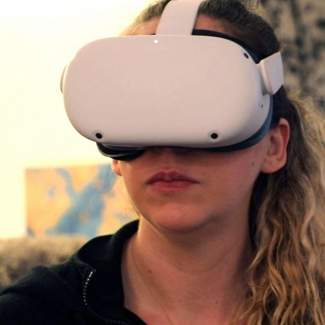 Amy Erdt iz Portlanda u Oregonu zahvaljujući virtualnoj realnosti često 'putuje' sestri u Englesku