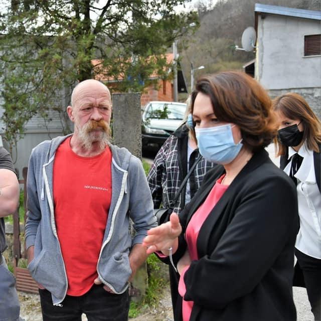 Jelena Pavičić Vukičević s građanima čiji su domovi oštećeni u potresu