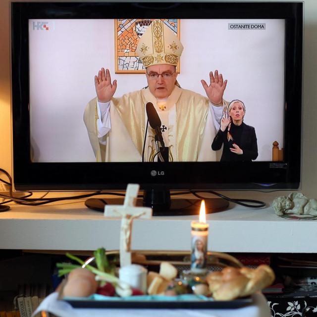 Blagoslov jela i uskrsnu misu pratilo se i lani bez prisustva vjernika, putem TV-a.