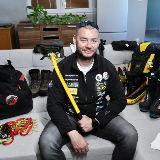 Mario Celinić u svom domu s planinarskom opremom