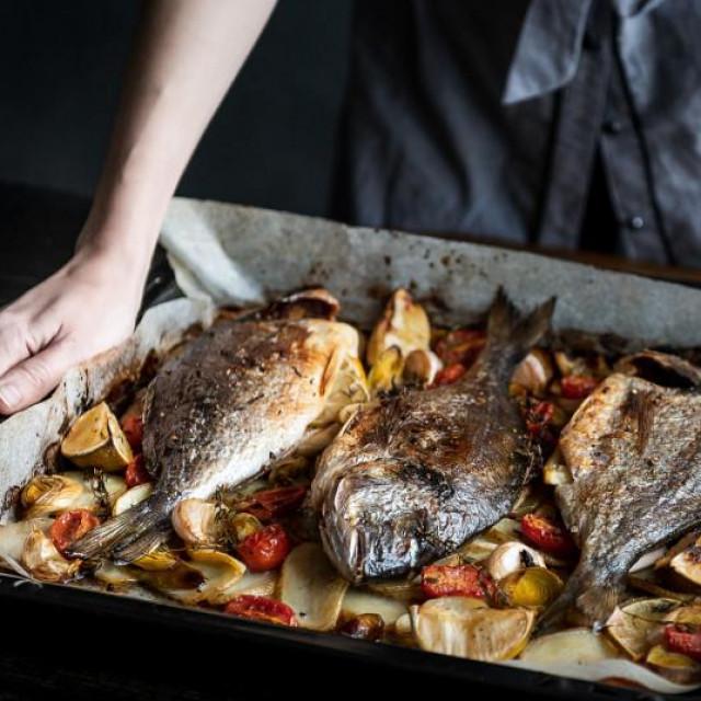 Treba paziti na još nešto - osnovno je da su vam, kad radite sa sirovom ribom, ruke čiste, kao i sav pribor i površine