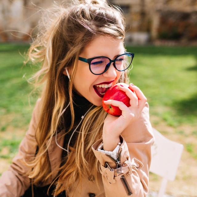 Jedna jabuka srednje veličine ima oko pet grama, a kruška oko šest grama vlakana. Upravo nas ta vlakna drže sitima