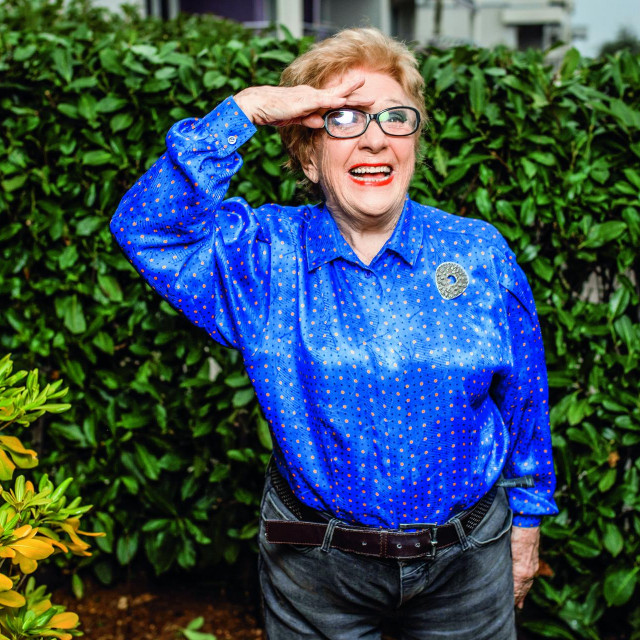 Portret pjevačice Beti Jurković u njezinom domu