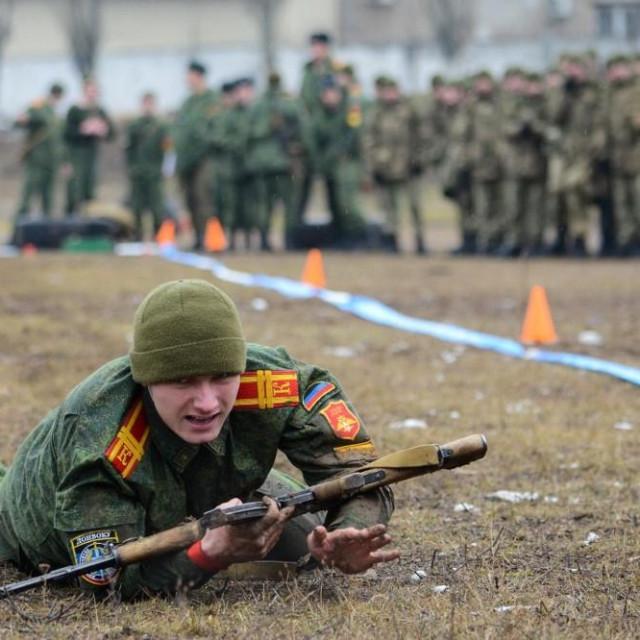 Kadeti vojske samozvane Donjecke Republike prisustvuju vojnoj vježbi