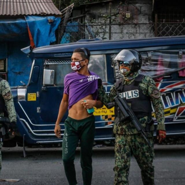 Filipinska policija privodi muškarca zbog kršenja mjera; ilustracija