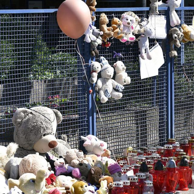 Preminula djevojčica, svijeće i cvijeće ispred Klaićeve bolnice