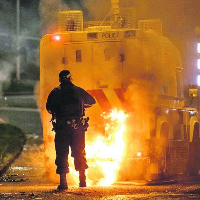 Policija je priopćila kako su na autobus bačene benzinske bombe