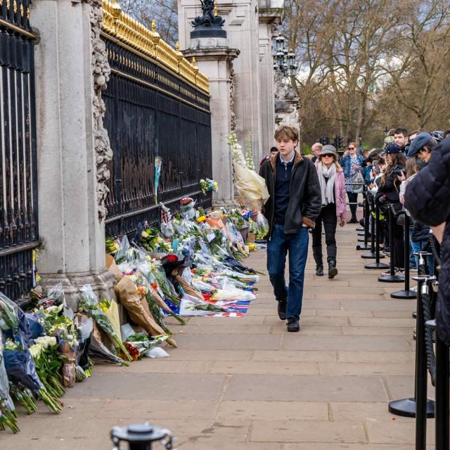 Cvijeće ispred Buckinghamske palače