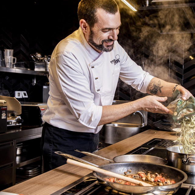 Pula, 100221.<br /> Testiranje Aurelia tjestenine u jelima chefa Davida Skoke. Pripremio je tri jela; Ravioli punjeni kozjim sirom u svjezem umaku od secerca, chilia, spinata i feta sira; tagliatelle sa sipama u sugu i makaruni s prsutom i crvenim radicem. Jela su testirali gastro infuencerica Mateja Kravic na instagram profilu: uvijekgladna, urednica Native Ad studia Handa medie Daria Bertak i novinar Matija Boltizar. Priprema jela i testiranje bilo je na gradskoj trznici u Puli.<br />