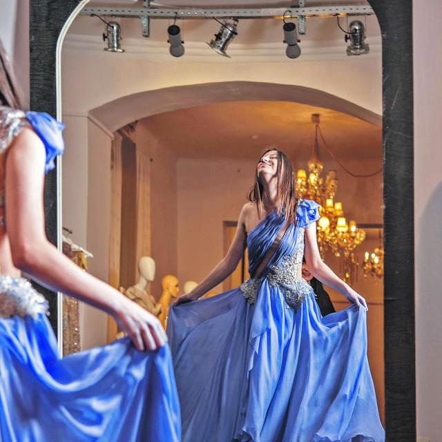 Maturantica Mirjeta Baftijari u haljini dizajnerice matije Vuice.
