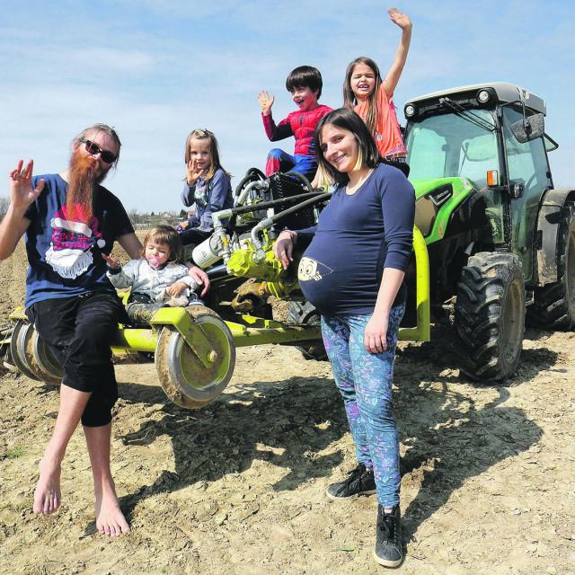 Tomislav i Ivana Haršanji i djeca Tea, Kao, Moi, Avi na novom traktoru za obradu voćnjaka.