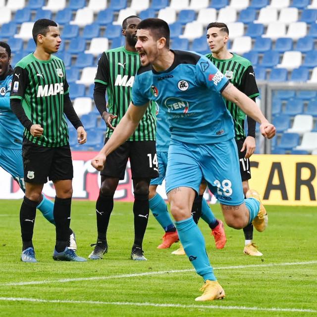 Mladi hrvatski reprezentativac Martin Erlić bio je junak Spezijine pobjede nad Crotoneom, a njegov klub ide prema ostanku u ligi