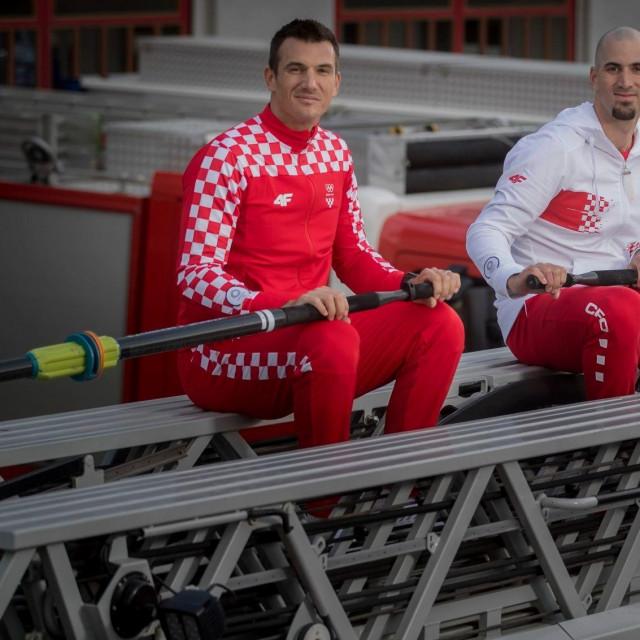 """Valent i Martin Sinković su za potrebe HOO-ovog snimanja """"zaveslali"""" na vrhu vatrogasnog vozila"""
