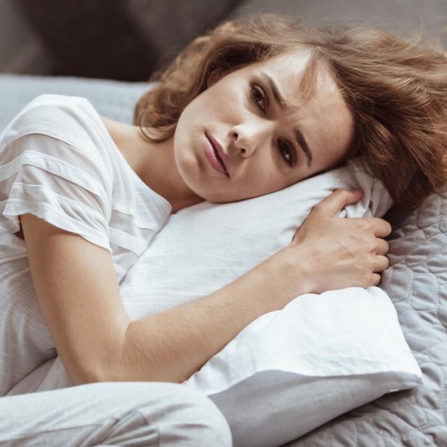 Prekomjerna pospanost bez razloga se naziva hipersomnijom. Ako ste zatvoreni u kući po cijele dane, ne radite, moguće je da vam se spava iz dosade ili zbog manjka aktivnosti i poticaja