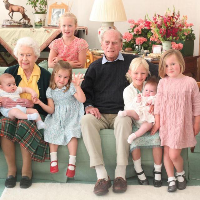 Kraljica Elizabeta II. i princ Philip s praunucima