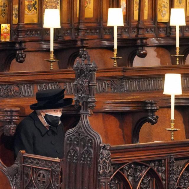 Kraljica Elizabeta II. sjedi sama, najbliže oltaru