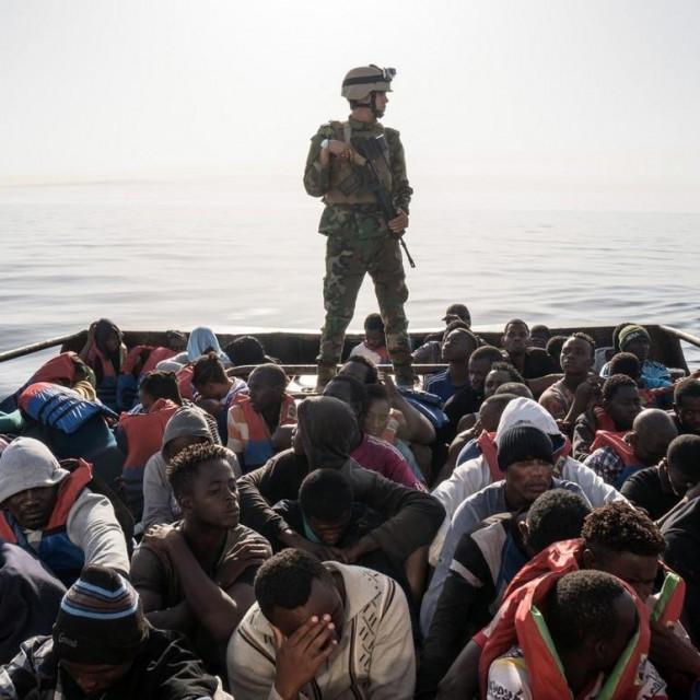 Pripadnik libijske obalne straže;spašavanje migranata u lipnju 2017.