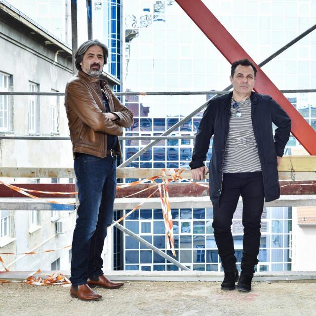 Arhitekti Krunoslav Ivanišin i Lulzim Kabashi, fotografirani na vrhu zgrade u Praškoj 4 koju su projektirali