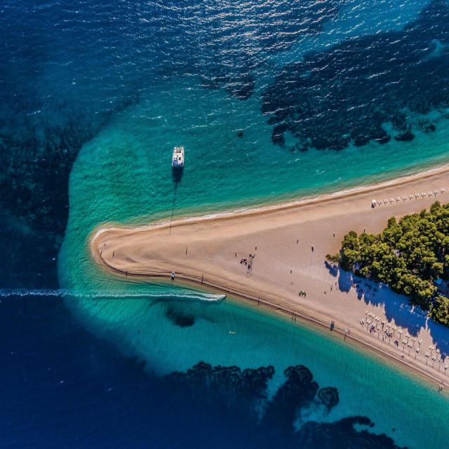 Panoramski pogled na mjesto Bol i najpoznatiju plažu Zlatni Rat