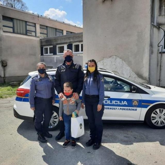 Sisački policajci sedmogodišnjem dječaku čestitali rođendan