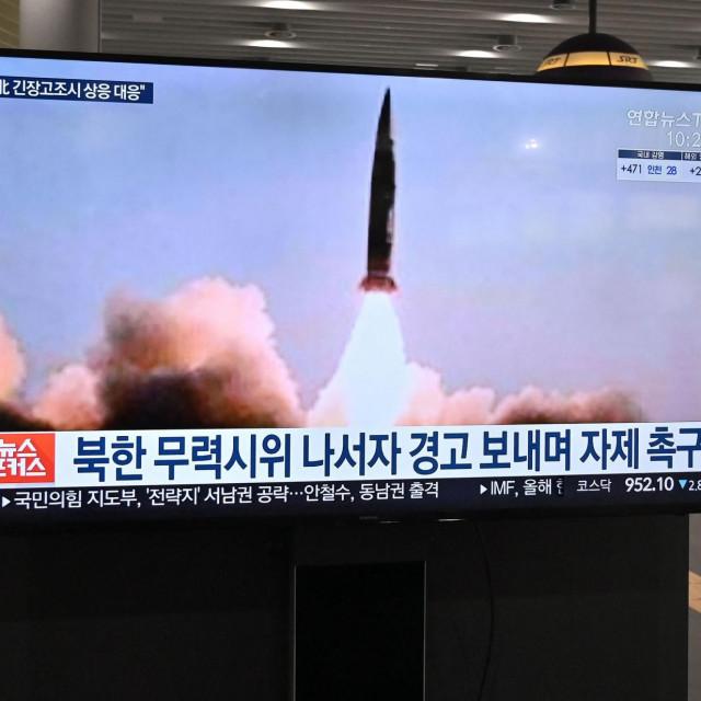 Snimka lansiranja sjevernokorejske rakete koja se prikazuje u Seoulu