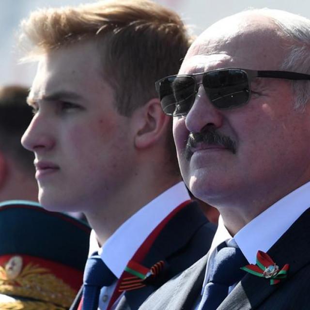 Lijevo: Prizori policije u Bjelorusiji koja uhićuje prosvjednike; Desno: Nikola i Aleksandar Lukašenko