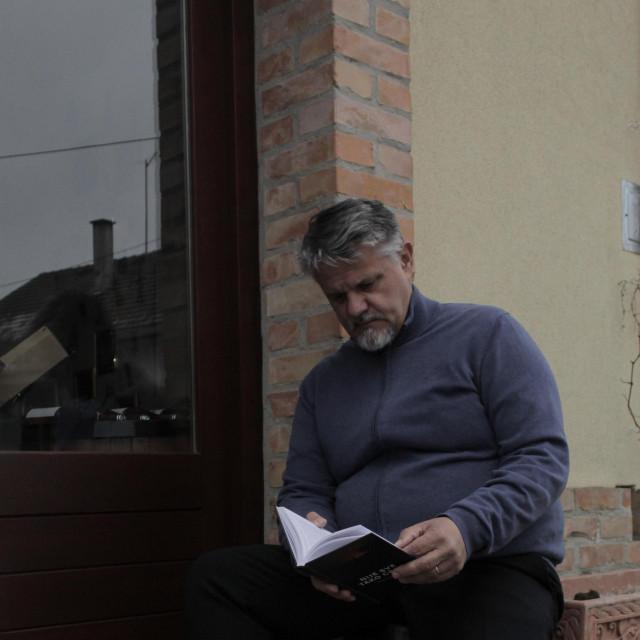 Darko Pernjak (1967.) samozatajni je pisac koji živi i radi u Koprivnici