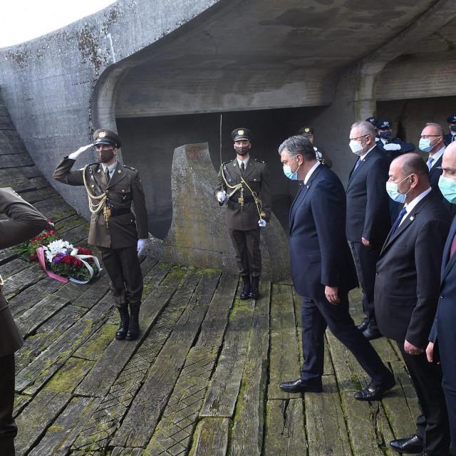 Članovi Vlade predvođeni premijerom Plenkovićem položili su vijence pred spomenikom žrtvama logora u Jasenovcu