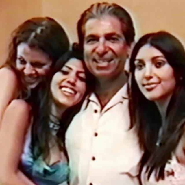 Sestre Kardashian sa svojim ocem, odvjetnikom Robertom Kardashianom u danima prije svoje reality slave.