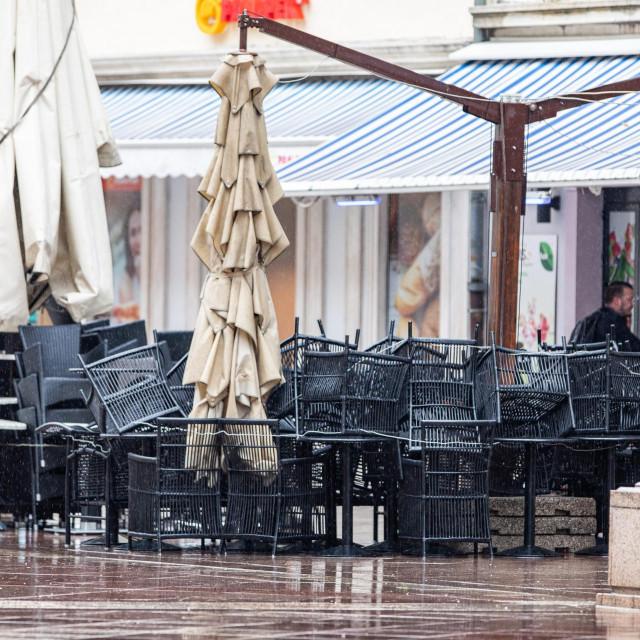 Zatvorena terasa kafića u Rijeci