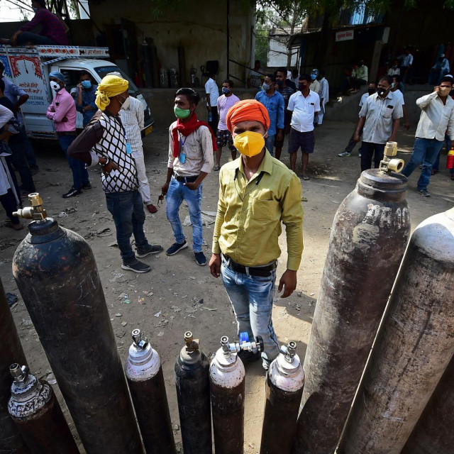 Spremnici s kisikom ispred bolnice u Indiji