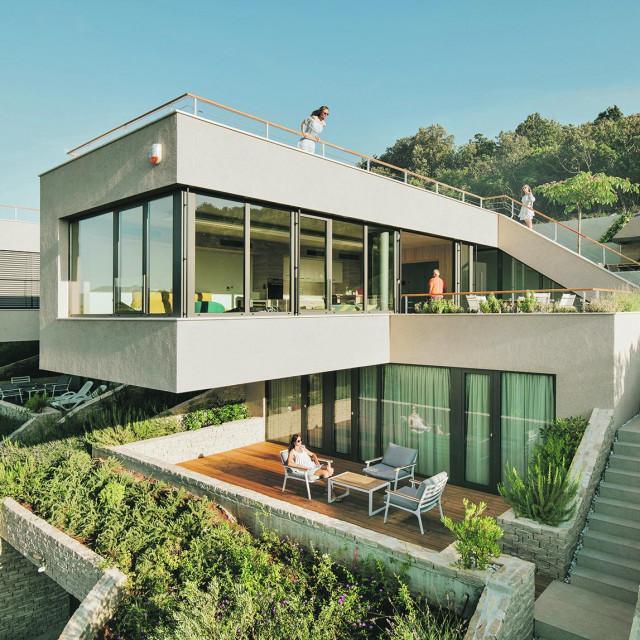 Kako bi se kuće što bolje integrirale u teren, imaju niz žardinjera i drugih zona sadnje s mediteranskom vegetacijom