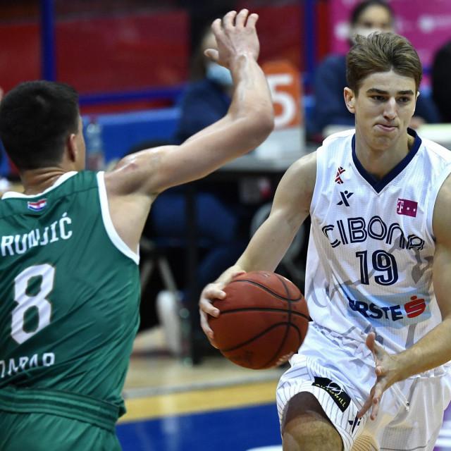 Lovro Gnjidić s loptom