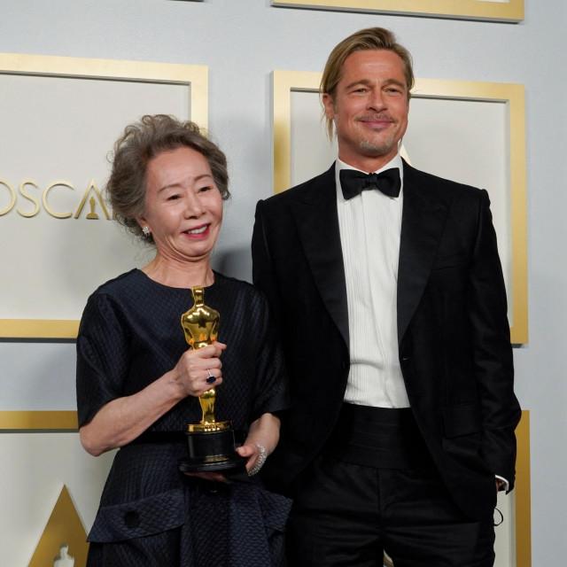 Yuh-Jung Youn i Brad Pitt